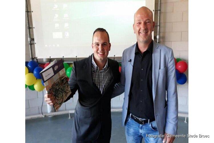 Wethouder Nootebos reikt eerste diploma uit op Praktijkschool