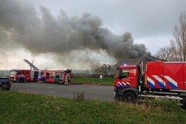Uitslaande brand in Venhuizen, rook in wijde omgeving te zien
